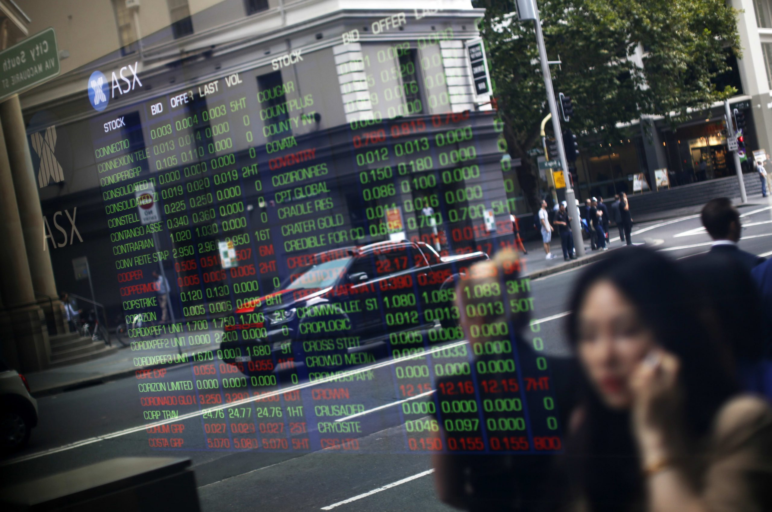 Asia stocks fall; China to cut tariffs on over 850 products