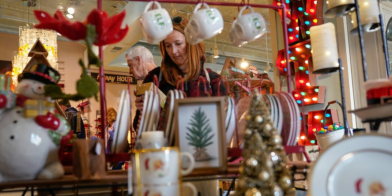 Last-Minute Shoppers Push Retailers Over the Top