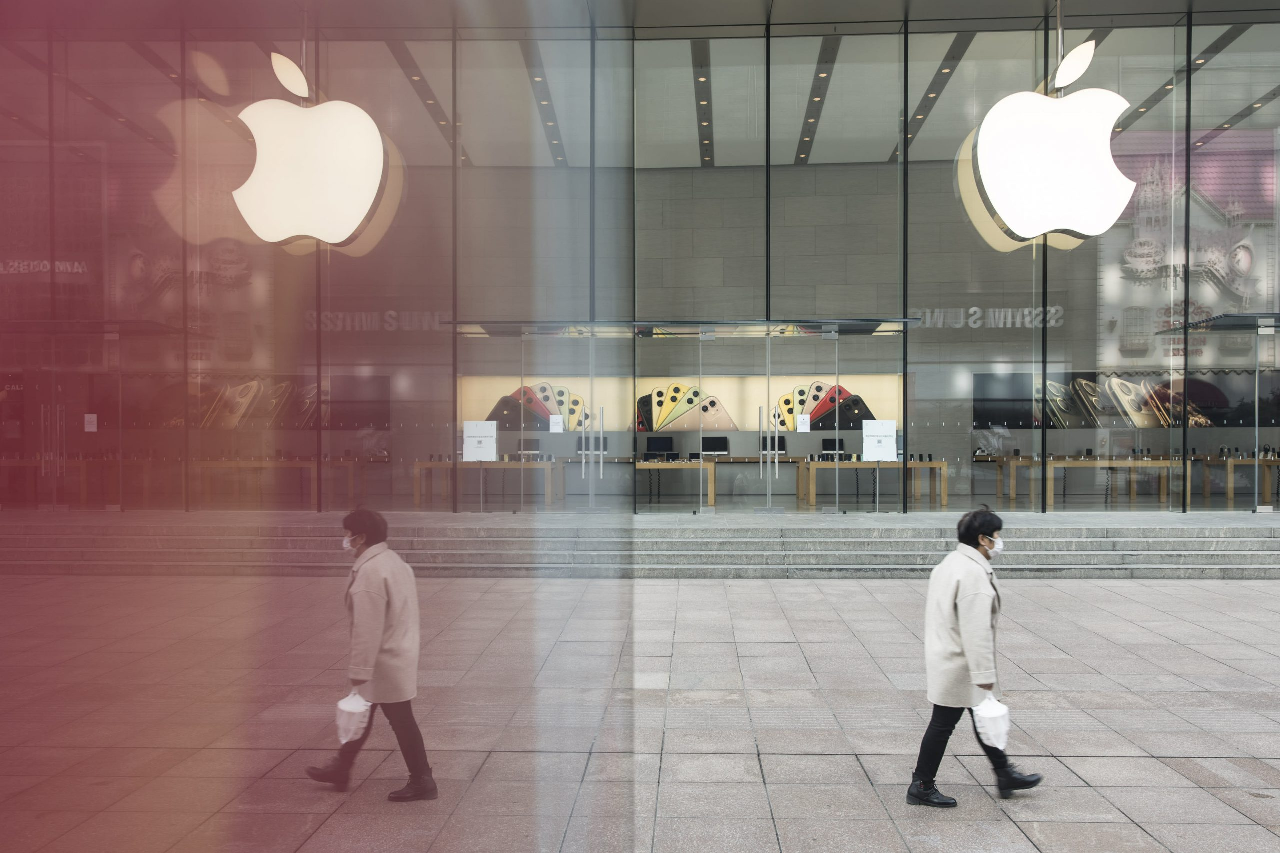 US futures down more than 100 points after Apple issues revenue warning