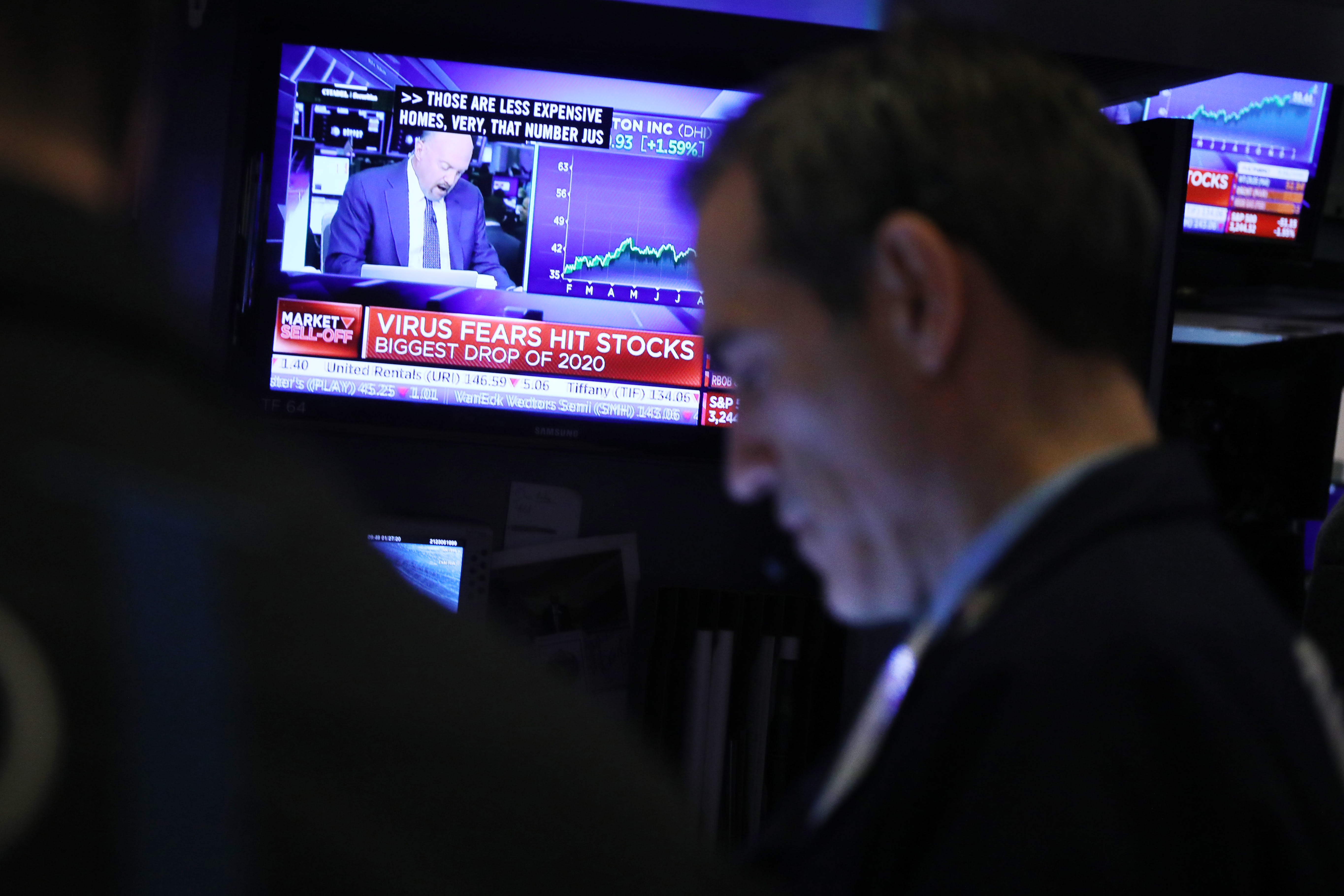 US futures point to slightly higher open after new record highs on Wall Street