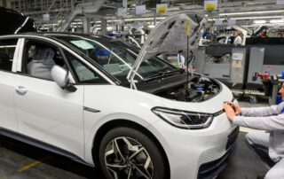 Auto Makers Charge Ahead With Electric-Vehicle Plans